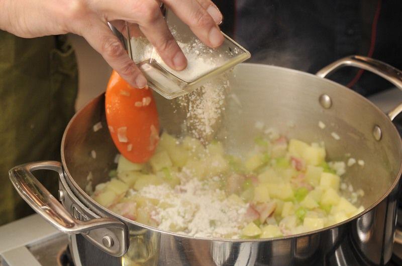 Agregar la harina y dorar sin dejar de mover durante 3 a 5 minutos.