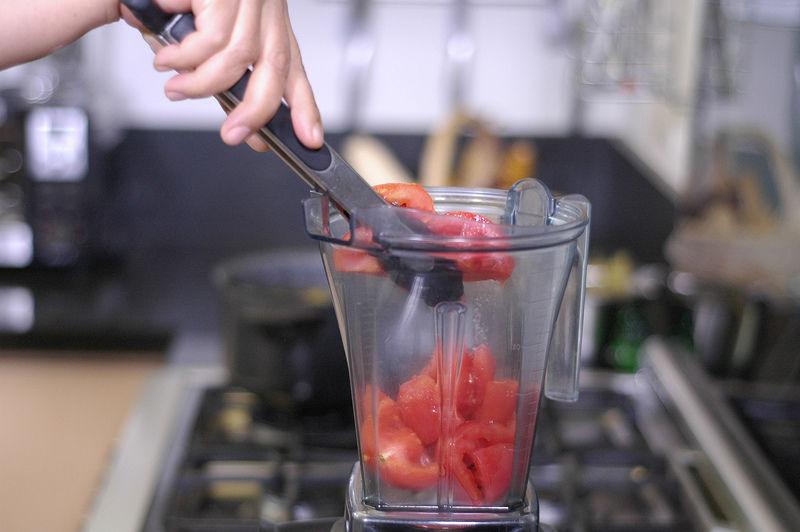Colocar la pulpa de los jitomates que reservamos sin picar en el vaso de la licuadora y moler hasta obtener una mezcla homogénea.