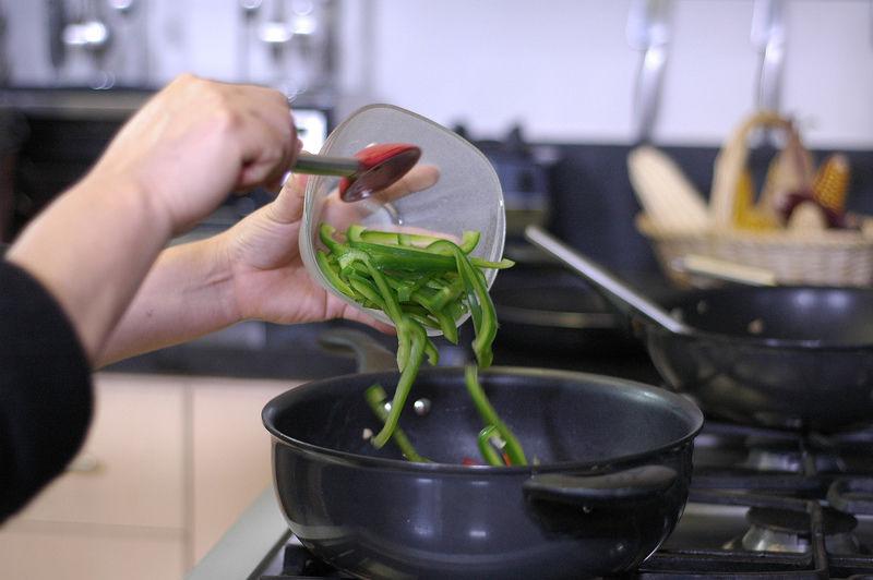 Agregar el pimiento en tiras y dejar cocer hasta que se vea un poco suave,