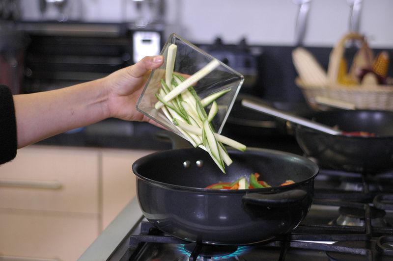 Añadir la calabaza y el jitomate picado, sazonar con pimienta y sal.