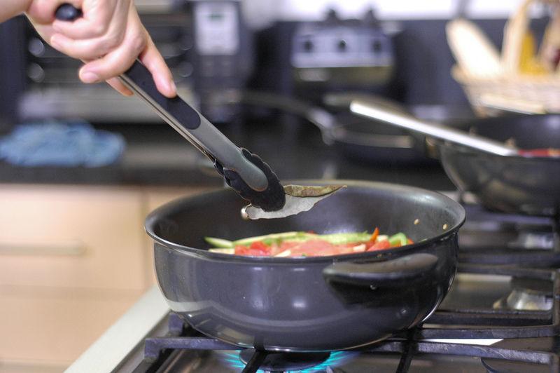Añadir el jitomate molido y la hoja de laurel. Tapar y continuar cociendo a fuego bajo o hasta que las verduras estén cocidas.