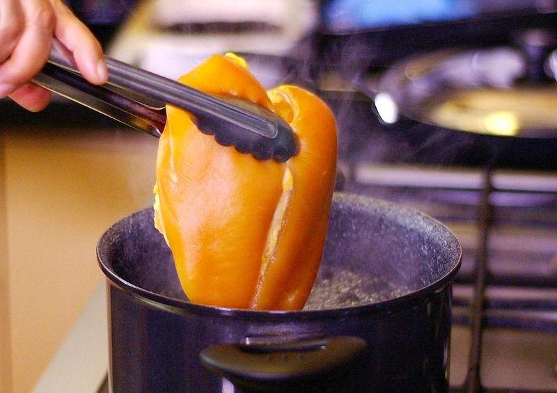 Poner a cocer la pechuga de pollo en una olla honda con un poquito de sal durante 20 minutos o hasta que este cocida.Dejar enfriar y deshebrar.