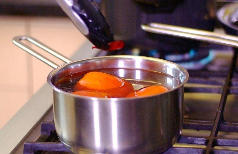 Para preparar la salsa roja, colocar en una olla honda los jitomates y el chile de árbol desvenado previamente con un poco de agua, dejar hervir durante 5 minutos. Dejar enfriar.
