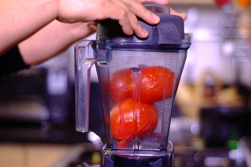 Colocar en el vaso de la licuadora los jitomates y el chile de árbol y moler hasta obtener una mezcla homogénea. Reservar.