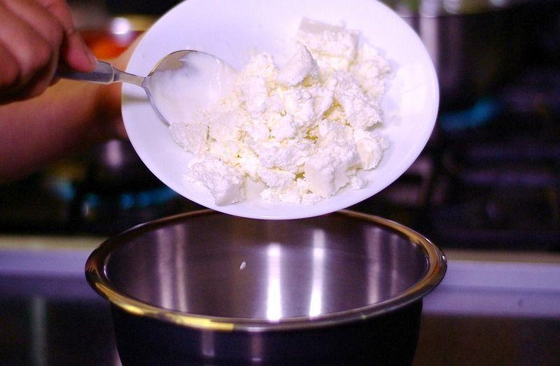 Para preparar la salsa blanca, mezclar la crema con el queso fresco y reservar.