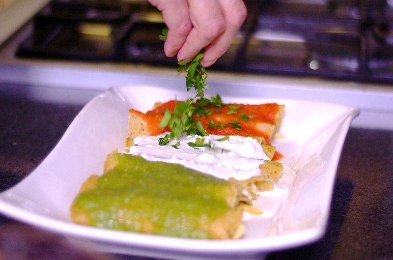 Bañar un tercio de las enchiladas con salsa roja, otro con salsa blanca y el resto con salsa verde.