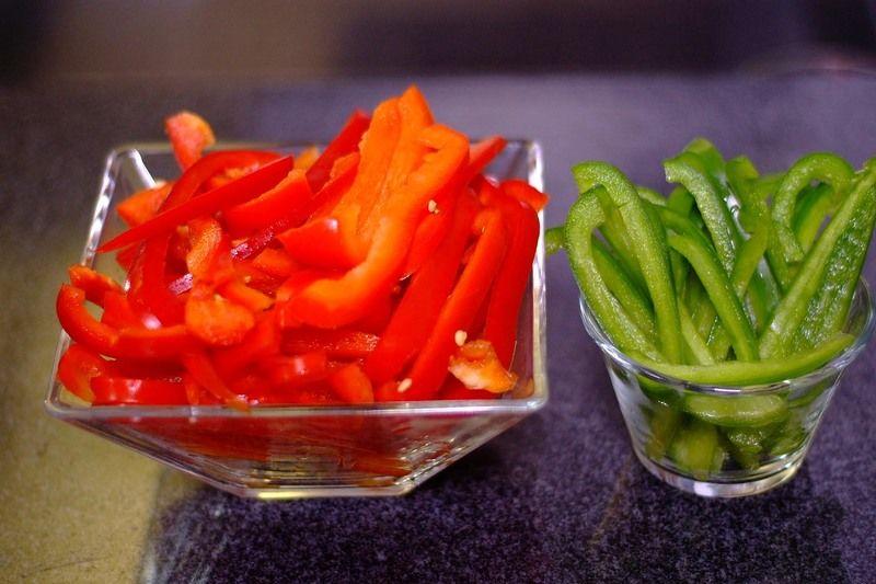 Cortar el pimiento morrón en juliana descartando la parte blanca, la cebolla en rodajas y picar el cilantro finamente. Reservar.