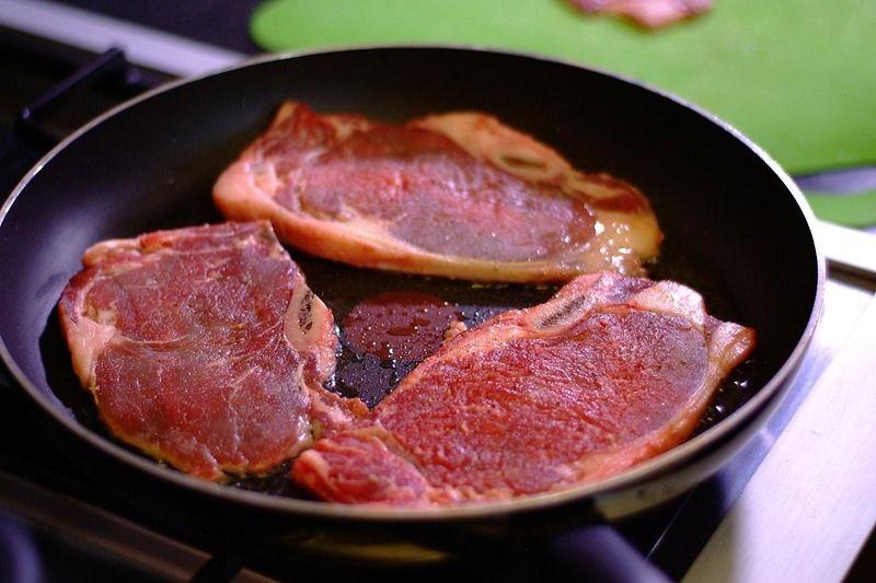 Calentar el aceite en un sartén y cuando esté caliente sofreír cada una de las costillas un par de minutos de cada lado.