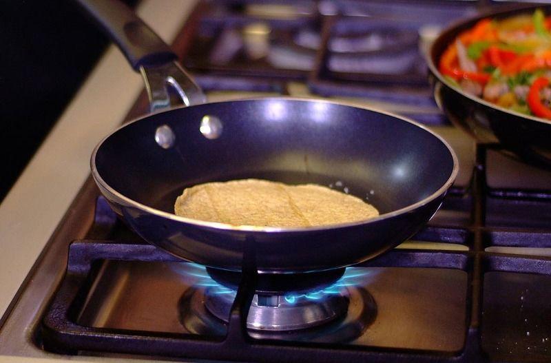 Calentar las tortillas de maíz sobre el comal un par de minutos por ambos lados.