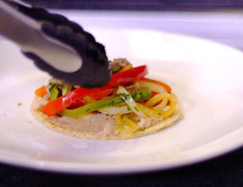 Para servir untar frijoles refritos sobre la tortilla y rellenar con un poco de las costillas.