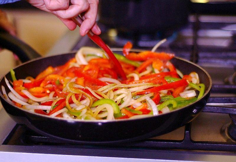 En el mismo sartén agregar la cebolla y pimientos y sofreír por 3 minutos o hasta que se suavicen.