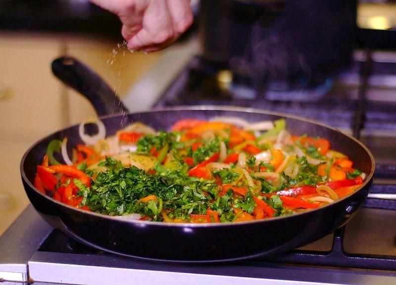 Añadir el cilantro picado sazonar con sal y pimienta.