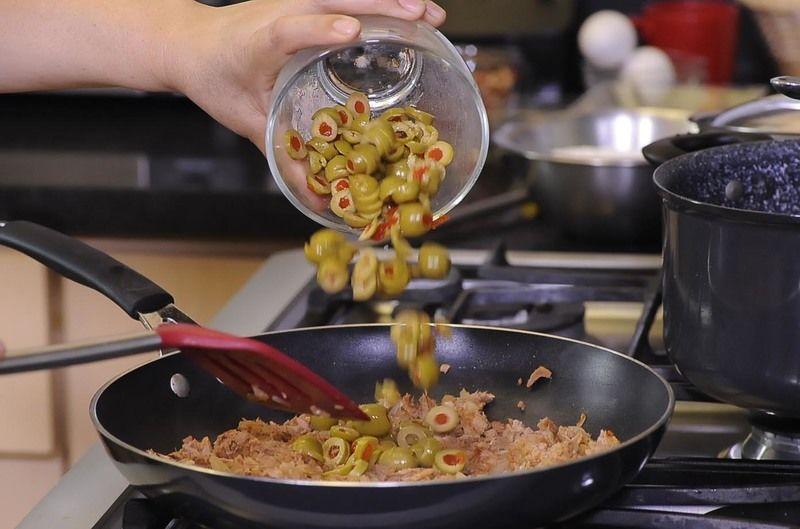 Agregar las aceitunas en rodajas, mezclar y retirar del fuego.