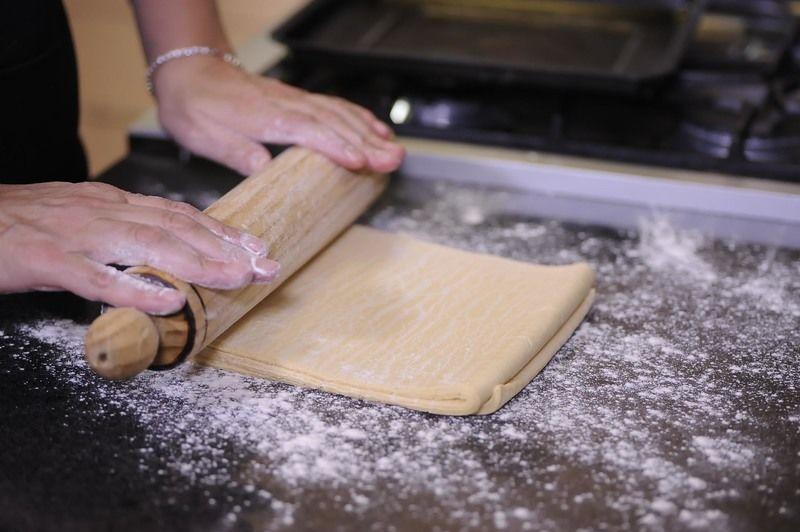 Extender la masa de hojaldre sobre la mesa enharinada utilizando un rodillo hasta que tenga 2 milímetros de espesor.