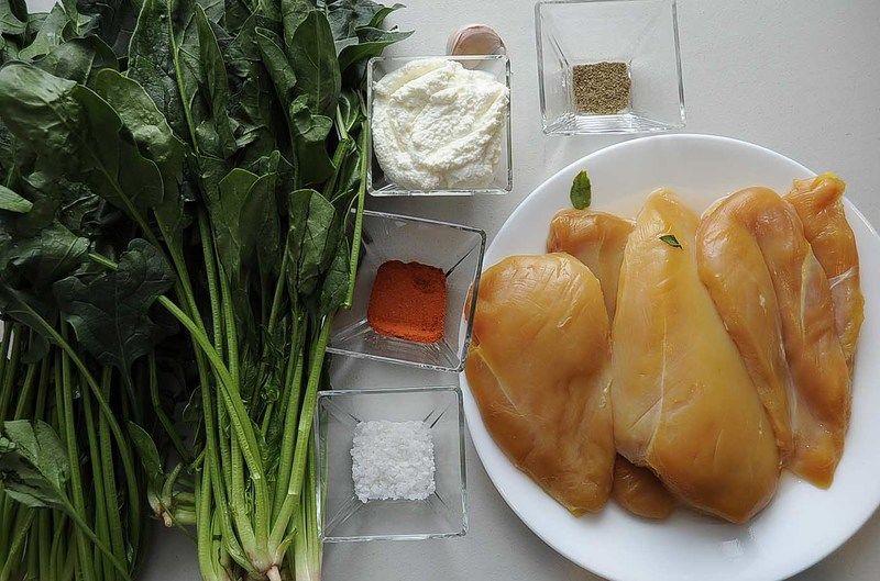 Ingredientes para receta 2 piezas de pechuga de pollo sin hueso sin piel 2 manojos de espinaca 1 diente de ajo 1/4 taza de queso ricotta sal de grano al gusto pimienta negra molida al gusto paprika al gusto