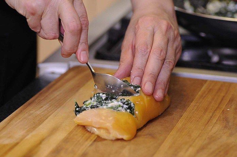 Rellenar cada ranura con un poco de la mezcla de espinaca.