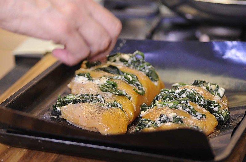 Colocar en una charola para horno, sazonar con pimienta, sal y un poco de paprika. Hornear a (350° F) o (180° C) durante 25 minutos o hasta que estén cocidas.