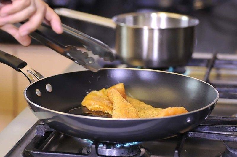 Calentar el aceite en el sartén y cuando esté caliente sofreír la milanesa de pollo unos minutos por ambos lados.