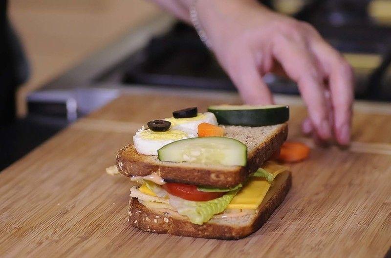 Cortar una rebanada de pepino en dos partes y colocar una en cada extremo.