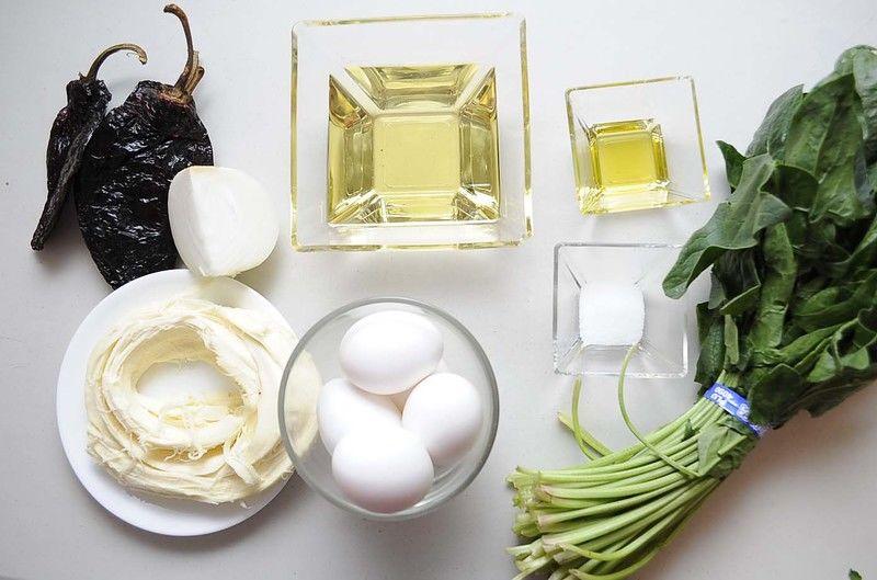 Ingredientes para receta 4 piezas de chile ancho 250 gramos de queso oaxaca 1 manojo de espinaca 1 cucharada de aceite de oliva 5 piezas de huevo sal al gusto aceite vegetal comestible al gusto 1/4 pieza de cebolla blanca