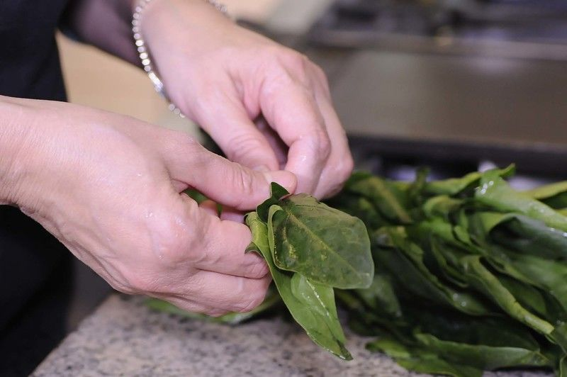 Lavar con suficiente agua las hojas de espinacas y retirar el tallo.