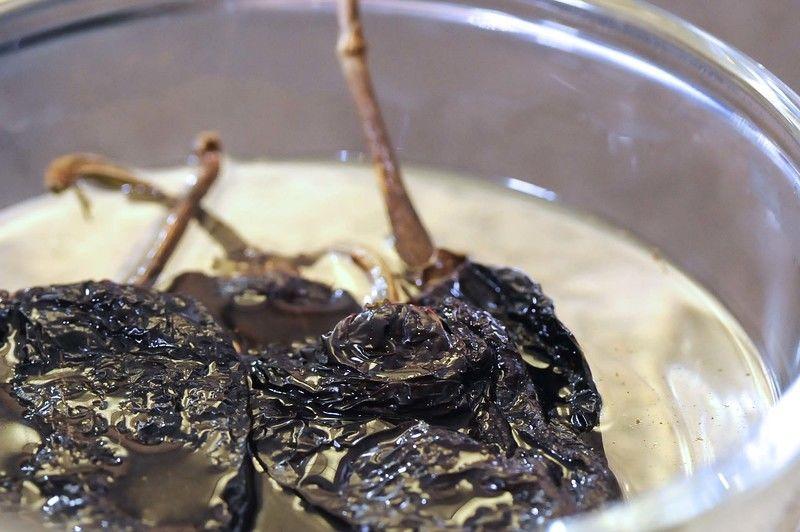 Remojar los chiles anchos en un tazón con suficiente agua caliente para suavizarlos durante 5 minutos, escurrir.