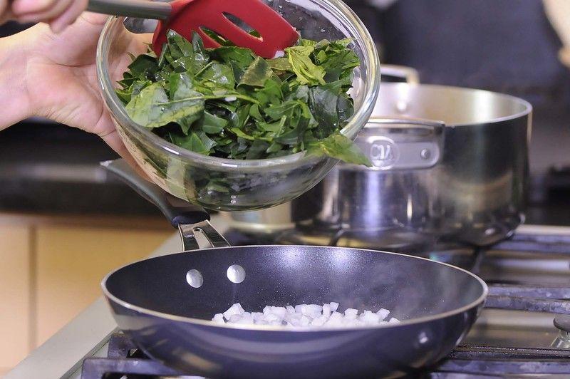 Agregar la espinaca picada y continuar cociendo un par de minutos.