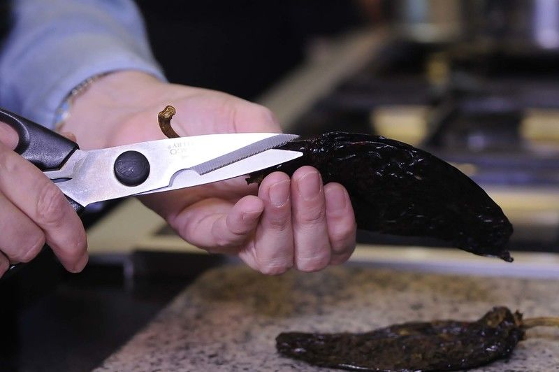 Hacer un corte del rabo a la punta, retirar las semillas y reservar.