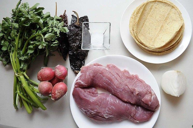 Ingredientes para receta 500 gramos de pulpa de cerdo 3 piezas de chile ancho 2 piezas de chile guajillo 1 pieza de chile pasilla 1 diente de ajo sal al gusto 12 piezas de tortilla de maíz Ingredientes para acompañar 1/2 manojo de berros 5 piezas de rábano 1/4 pieza de cebolla blanca