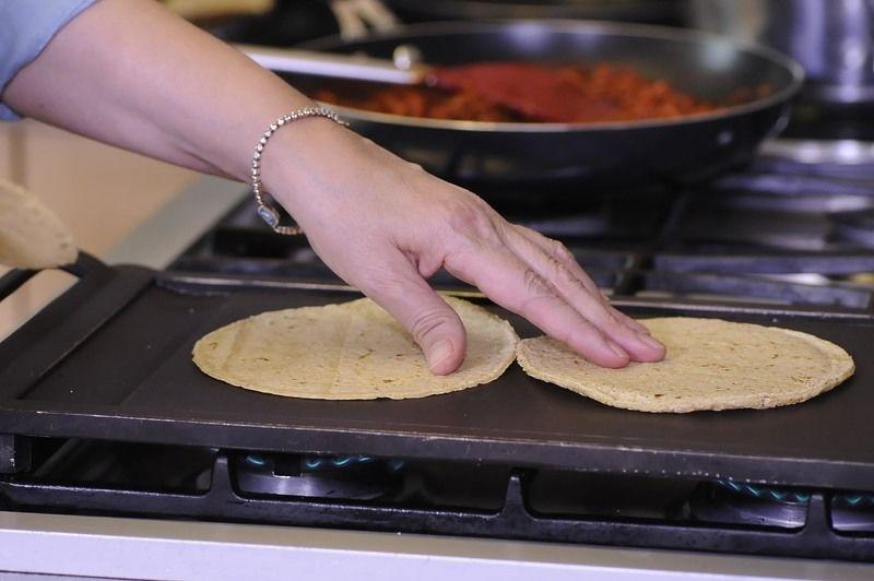 Para servir los tacos calentar las tortillas en el comal.
