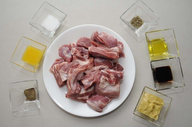 Ingredientes para receta 1 kilogramo de costilla de cerdo 3 cucharadas de mostaza dijón 1 cucharada de miel de abeja 1 cucharada de salsa de soya sal al gusto pimienta negra molida al gusto 1/4 cucharita de orégano 1 cucharada de aceite de oliva