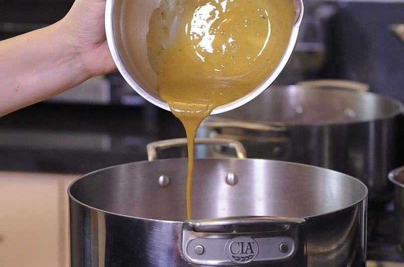 Añadir la mezcla de mostaza y revolver con la ayuda de la pala. Tapar y si fuera necesario añadir un poquito de agua, bajar el fuego y continuar cociendo durante 25 minutos o hasta que la carne esté cocida. Rectificar sazón.