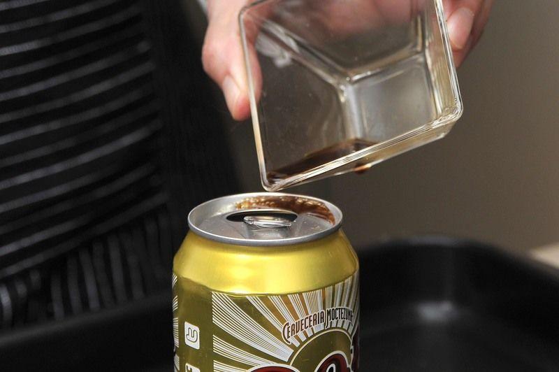 Abrir la lata de cerveza y sacar un poco de cerveza (1 caballito), colocar la cucharada de salsa inglesa dentro de la lata de cerveza.