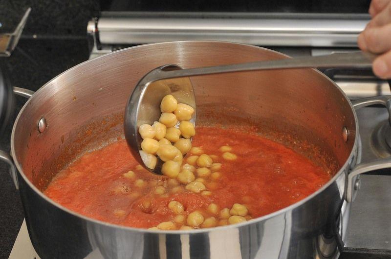 Agregar los garbanzos cocidos. Tapar y bajar el fuego. Dejar hervir un par de minutos.
