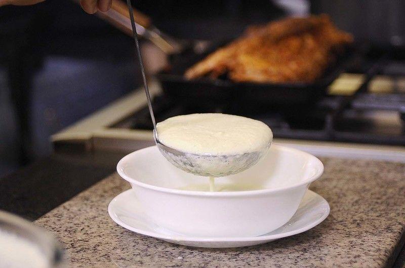 Servir la sopa de pepino fría.