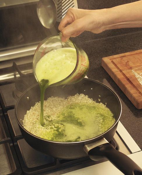 Añadir el chile molido y calentar hasta reducir un poco el líquido. Sazonar con sal y añadir el resto del agua.