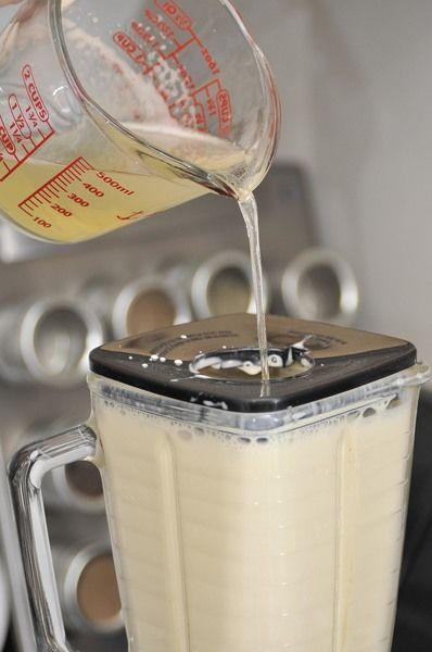 Agregar poco a poco la grenetina previamente hidratada, sin dejar de licuar, a través del hoyo pequeño de la tapa de la licuadora hasta integrar por completo los ingredientes.