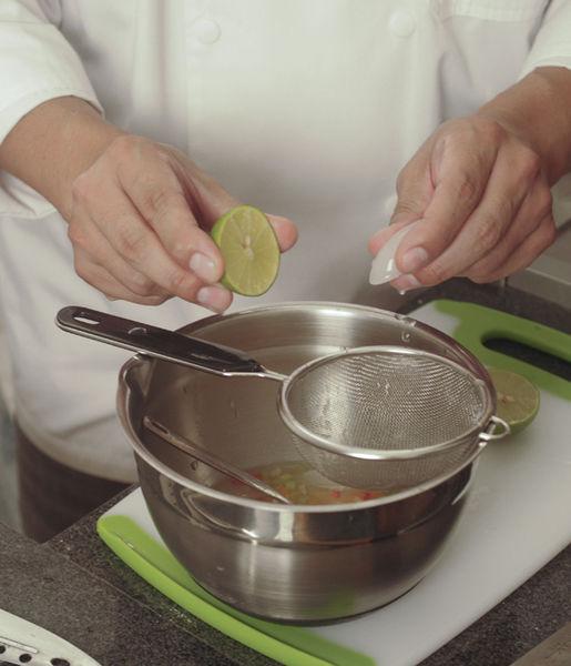 Agregar el jugo de limón y la sal al gusto. Añadir el pescado junto con uno hielos y moverlo suavemente con una cuchara de madera para que se impregne bien.