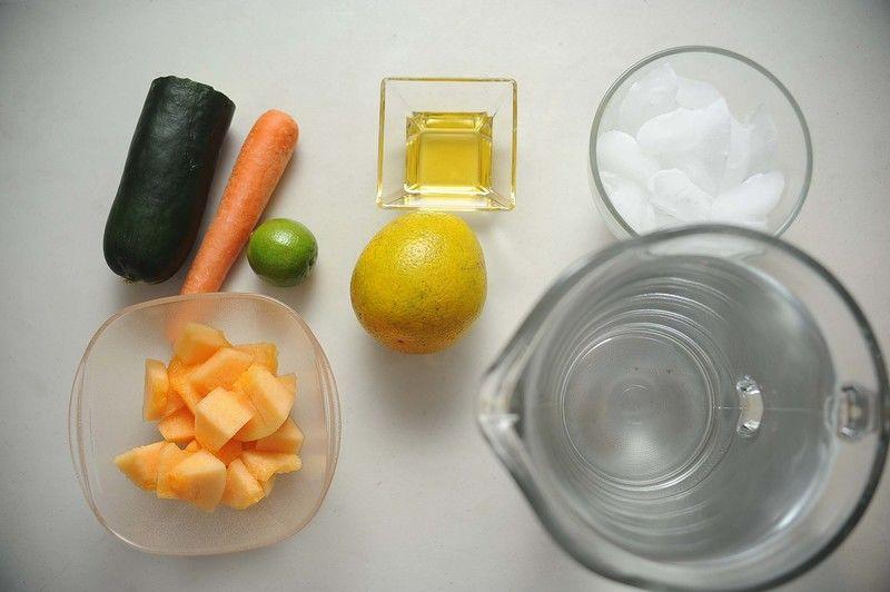 Ingredientes para ingredientes 1/2 pieza de pepino 1 pieza de zanahoria 1 pieza de naranja 1 pieza de limón 1/2 taza de melón 1/4 taza de miel de agave 2 litros de agua hielo al gusto