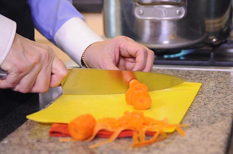 Pelar el pepino y la zanahoria y cortar en trozos medianos. Reservar.