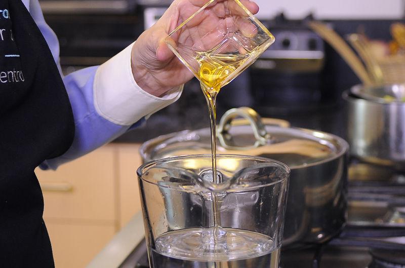 Endulzar el agua con la miel de agave y reservar.