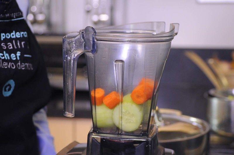 Colocar en el vaso de la licuadora el pepino, la zanahoria.