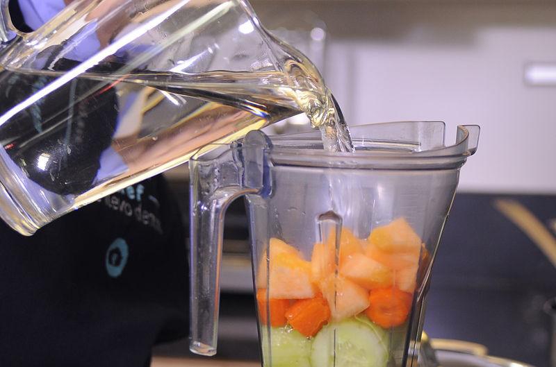 Añadir poco del agua endulzada y moler hasta obtener una mezcla homogénea.