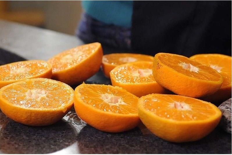Cortar la naranja y el limón y extraer el jugo. Reservar