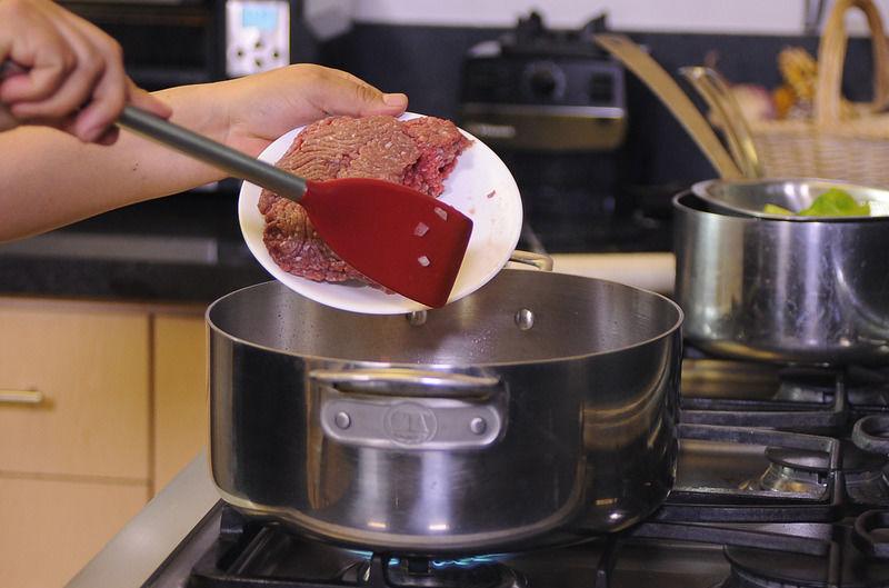 Añadir la carne molida y continuar cociendo unos minutos más hasta que la carne cambie de color.