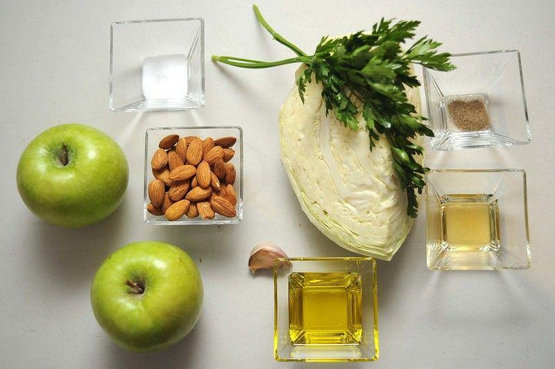 Ingredientes para receta 2 piezas de manzana verde 1/4 pieza de col o repollo 1/2 taza de almendras enteras 2 ramas de perejil 3 cucharadas de aceite de oliva 1 cucharada de vinagre de manzana sal al gusto pimienta negra molida al gusto 1 pieza de ajo