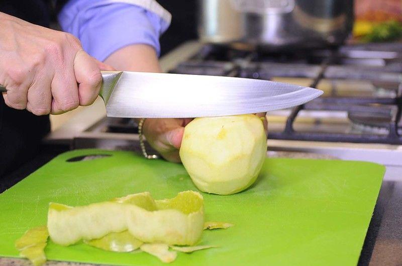 Pelar las manzanas y cortar en cuadros pequeños descartando el corazón.