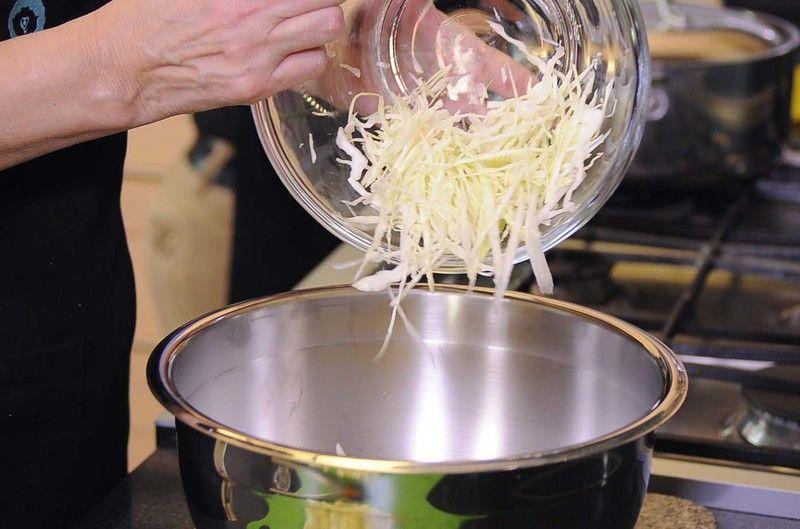Colocar el repollo rallado, trozos de manzana verde.
