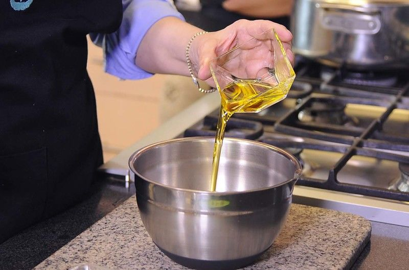 Mezclar en un tazón el aceite y el vinagre con un batidor de globo.