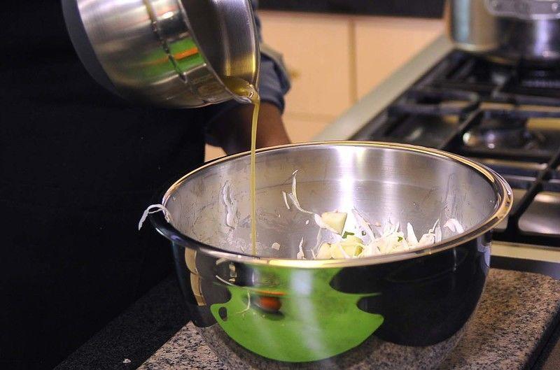 Vaciar el aderezo sobre la ensalada.